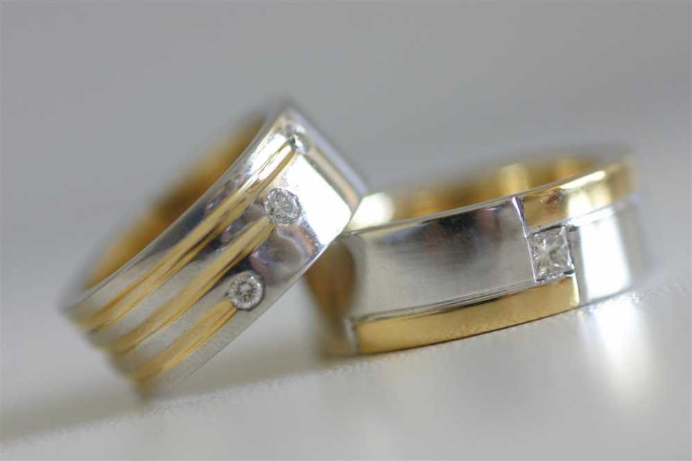 2012 beyaz ve sari altin cizgili alyans ornekleri Evliliği Simgeleyen Kalın Altın Alyans Örnekleri 20
