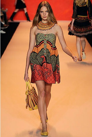desenli straples yazlik elbise modelleri Desen Desen En Şık Yazlık Bayan Elbise Modelleri 8