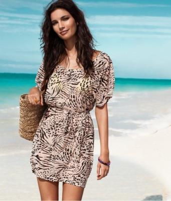 krem rengi kisa kollu modern elbise ornekleri Desen Desen En Şık Yazlık Bayan Elbise Modelleri 15