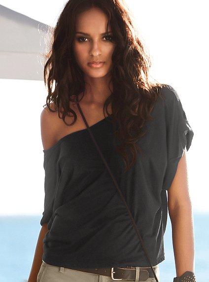 yeni sezon dusuk omuzlu siyah t shirt ornekleri Yeni Sezon Trend T-shirt Modelleri 3