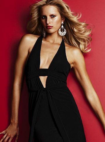 derin gogus dekolteli siyah abiye elbise ornekleri En Güzel Dekolte Abiye Elbise Modelleri 7