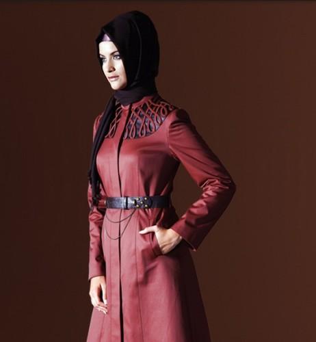 kirmizi deri trend pardesu modelleri En Güzel Tesettür Giyim Modelleri 24