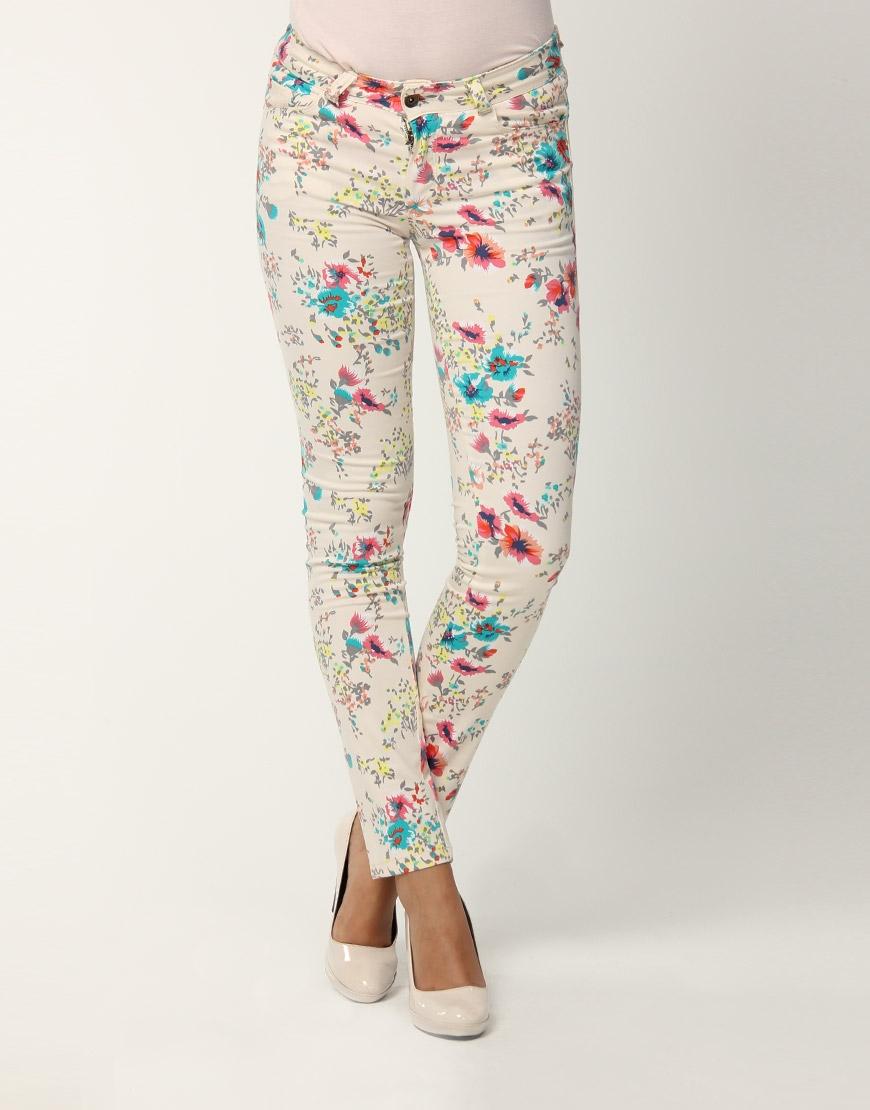 renkli cicekli yeni trend dar paca kot pantolonlar Yeni Trend Farklı Bayan Pantolonları 16