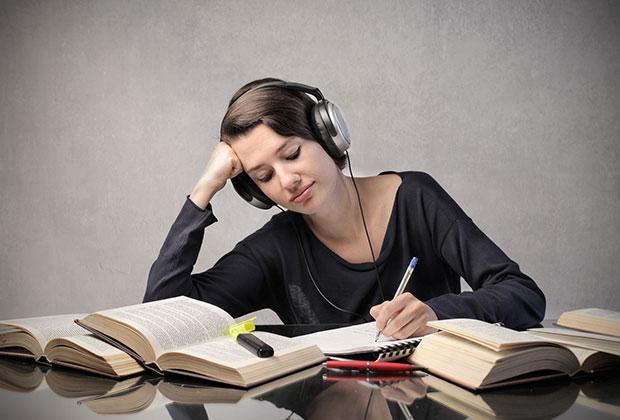 Müzik dinleyerek ders çalışmak