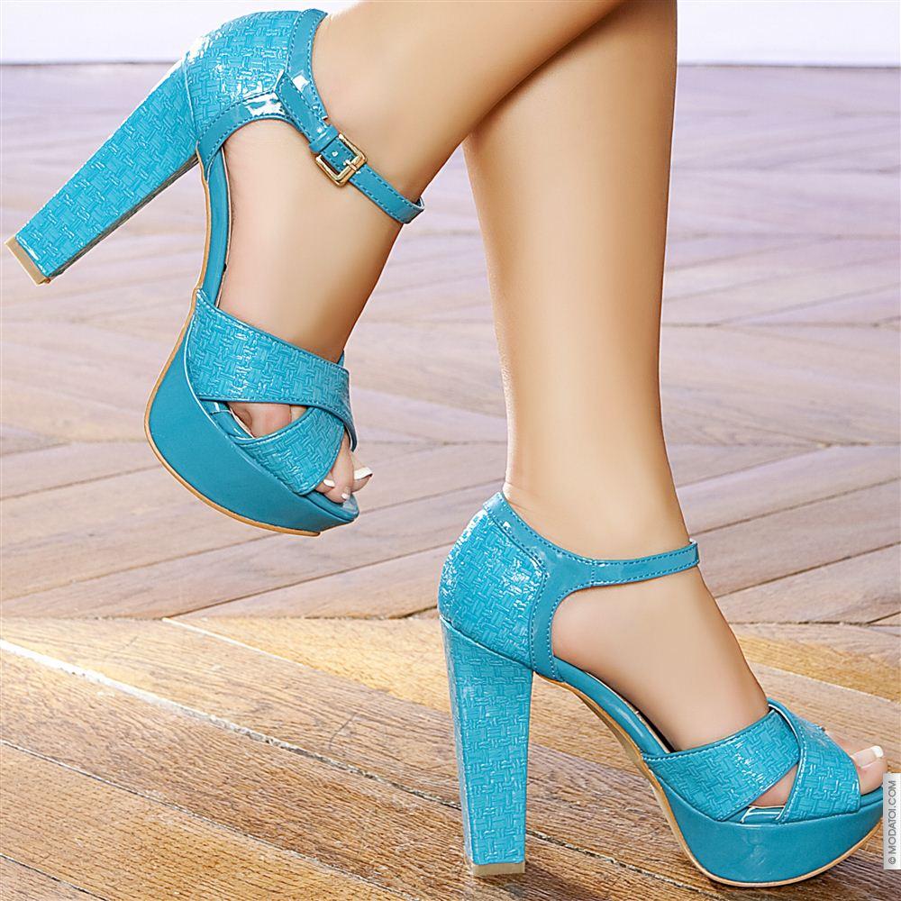 Sezon değiştiğinde yeni ayakkabı modellerine hızlıca göz atmak için internette arama yapanlardansanız, bayan ayakkabı modelleri için StilGiyin'in Ayakkabı bölümü sizi en hızlı sonuca ulaştıracaktır. İş ortağımız olan ayakkabı sitelerinin ürünleri arasından renk, model, fiyat ya da tarza göre arama yapabilir.